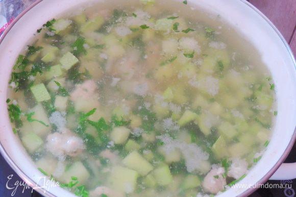 Когда индейка закипит, отправляем сначала картофель, а когда он закипит, кабачки. Варим наш суп до готовности картофеля на медленном огне. За три минуты до готовности добавляем мелко нарезанную зелень петрушки, количество берите по своему вкусу, укропчик свежий тоже не помешает.