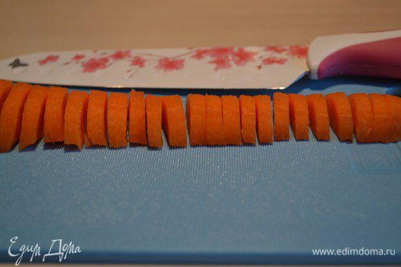 Морковь очистить, помыть, нарезать полукольцами.
