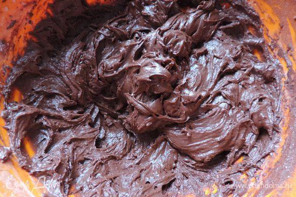 Теперь всыпаем постепенно муку, просеянную с содой и какао. Я перемешиваю миксером на самой маленькой скорости. Получаем довольно густое шоколадное тесто.