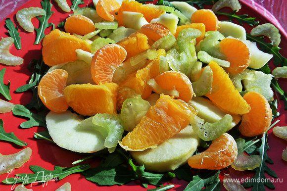 Рассыпаем его на фрукты + мандариновые дольки.