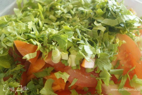 Смешать все порезанные овощи и куриное филе и сыр, перетертый в крошку или очень мелко нарезанный, в одной чаше. Добавить сюда же мелкорубленный зеленый лук. Затем к салату прибавить рубленную зелень петрушки.