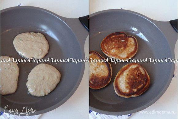 Жарим оладьи. Сковороду разогреть, добавить немного растительного масла. Выкладывая тесто ложкой, обжарить оладьи с двух сторон.