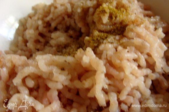 Добавить соль, саванскую соль и смесь перцев, перемешать.