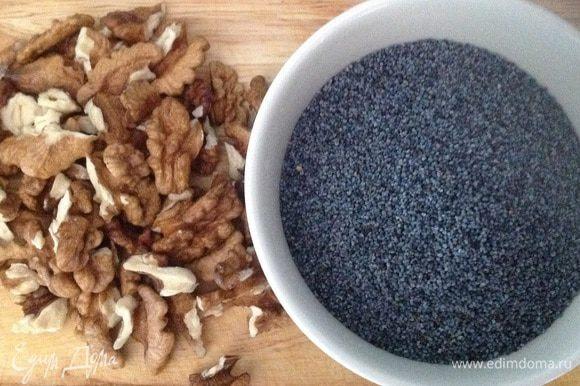 Грецкие орехи измельчаем блендером до состояния муки. Затем добавляем мак и продолжаем измельчать до состояния пасты.
