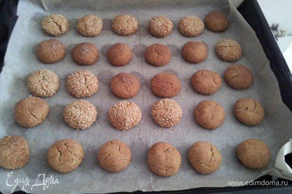 Вот что у нас получается после выпечки. Печь при температуре 180 градусов 15-20 мин. Хранить такое печенье нужно в зарытой посуде. Я заметила, печенья, обваленные в кунжуте, после 15 минут в духовке начинают пригорать, поэтому лучше разделить и вытащить через 15 минут, а с корицей на 5 мин позже.