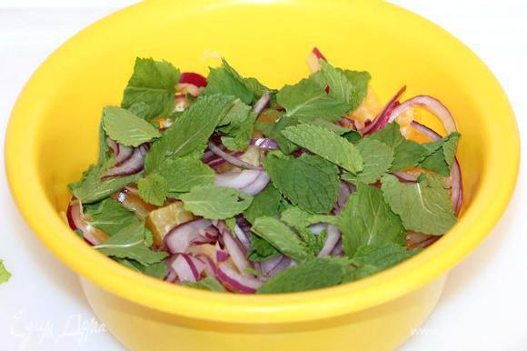 Выложить подготовленные продукты в миску, добавить листья мяты и осторожно, но тщательно перемешать. Приготовим заправку для салата: смешать лимонный сок, масло, сахар и соль в небольшой миске.