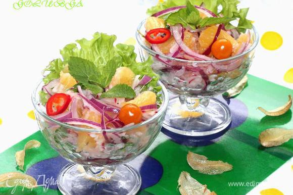 Берем креманки, кладем по 1 листику зеленого салата, раскладываем приготовленный салат и поливаем соусом. По желанию можно приправить чёрным перцем. Салат готов!