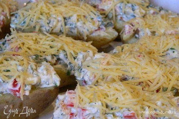 Посыпать сверху тертым сыром и запечь при Т 200 С 15-20 минут.