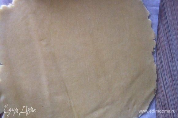 Достаем тесто, даем ему минут 5-10 немного стать мягче, раскатываем тонкий пласт, я делаю это между 2-мя листами пергамента.