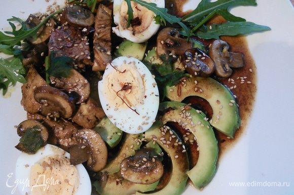 С мясом и грибами, несколькими веточками любого салата, полить соусом, посыпать кунжутом, зелёным луком и кинзой.