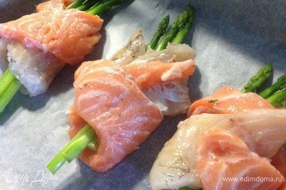 Противень застилаем бумагой, выкладываем наши рыбные рулетики и сбрызгиваем оливковым маслом. Ставим в разогретую духовку до 200С на 5 минут (для образования корочки, при этом соки все сохраняются внутри), а потом уменьшаем температуру до 170С и запекаем еще минут 10-15.