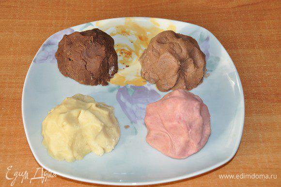 Вынимаем 3 части теста из холодильника. Получилось тесто 4 цветов.