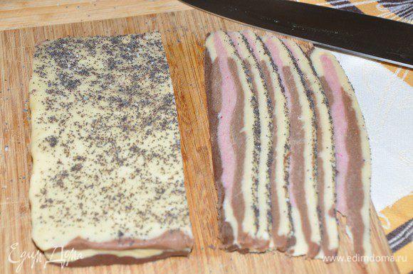 Включить разогреваться духовку до 180 градусов. После охлаждения нарезать тесто на полоски бекона.