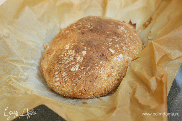 Выпекать хлеб первые 10 минут при температуре 250 градусов, каждые три минуты сбрызгивая его водой. Затем температуру убавить до 200 градусов, и печь еще минут 20 до интенсивного румяного цвета.