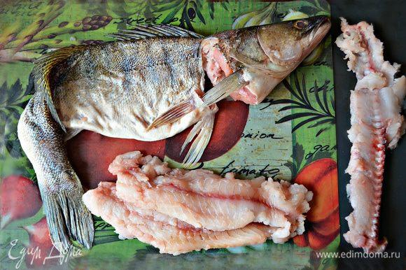 """Далее перезать хребет у самого хвоста рыбы. Внутри и снаружи слегка подсолить кожу рыбы. Вывернуть """"кожу-чулок"""" обратно."""