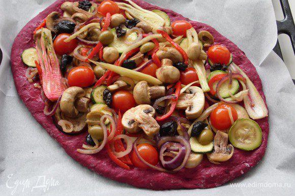 Тесто руками растянуть в круг 30 см. Сдавить 1 см от края, чтобы получилась корочка, и наполнить начинкой. Посыпать кунжутом. Выпекать пиццу с начинкой в течение 20 мин.