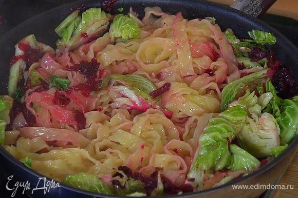 Горячую пасту выложить к капусте со свеклой, перемешать, влить немного воды, в которой варились макароны, посыпать листьями тимьяна и все еще немного прогреть.