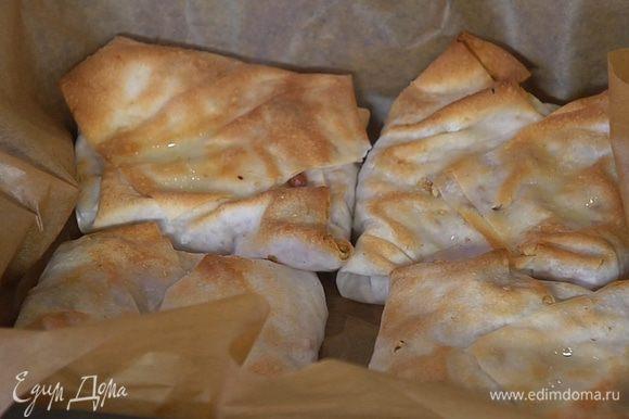 Небольшой противень выстелить бумагой для выпечки, выложить конвертики и выпекать в разогретой духовке 5–7 минут.