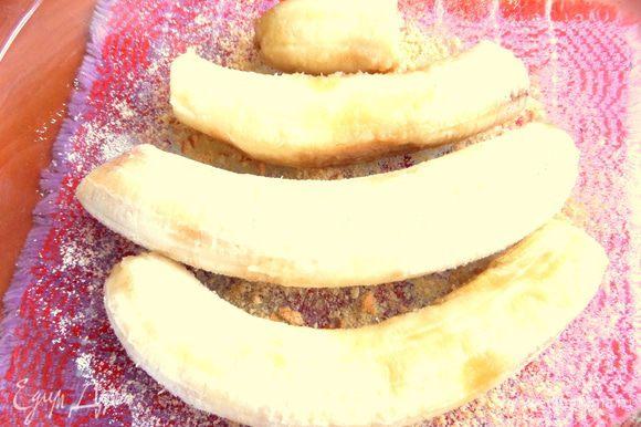 Уложить на дно бананы, сбрызнуть лимонным соком и посыпать пудрой.