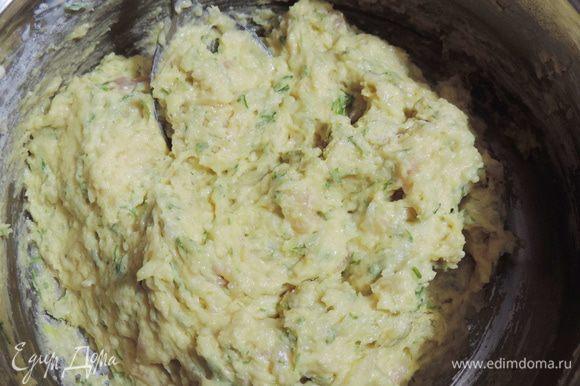 Добавляем мелконарезанный укроп (количество берите по вкусу) и муку с содой. Перемешиваем, тесто получается довольно густое. Ложки муки я набирала с небольшой горкой.