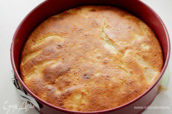 Разогрейте духовку до 200 градусов. Выпекайте пирог до золотистого цвета, примерно 35-40 минут.