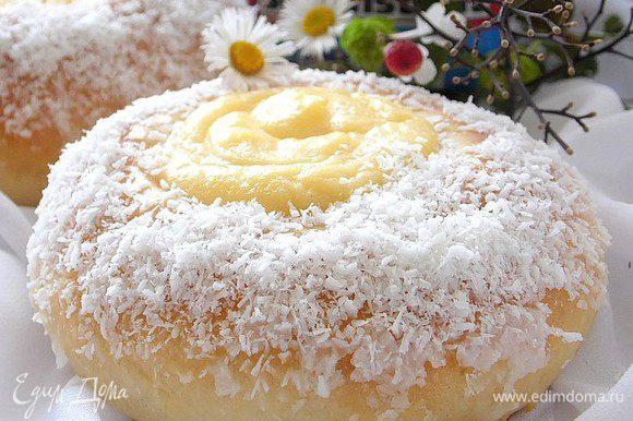 Достать, полить глазурью и посыпать кокосом. Глазурь - сок лимона и сахарная пудра. Тщательно перемешать и готова глазурь.