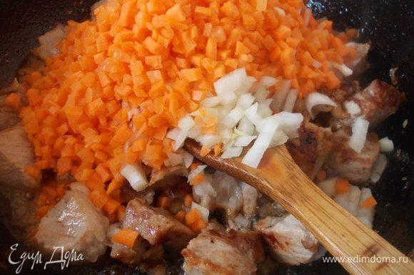 Обжариваем мясо на раскаленном масле до золотистой корочки, добавляем лук и морковь.