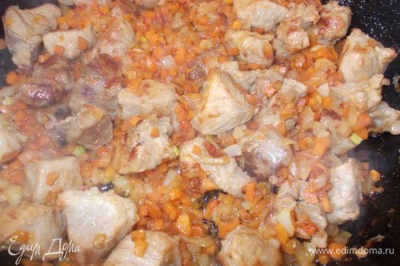 Когда овощи немного подзолотятся, посолить, добавить лавровый лист, орегано и измельченный чеснок.