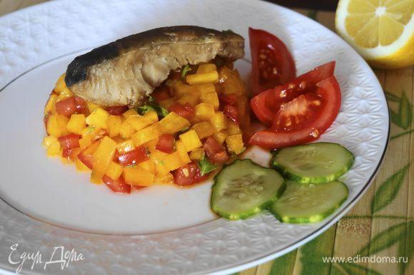 Затем выкладываем рыбку, можно украсить зеленью или овощами.