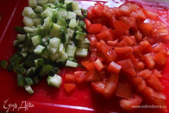 Мелким кубиком нарезать огурец и помидор.