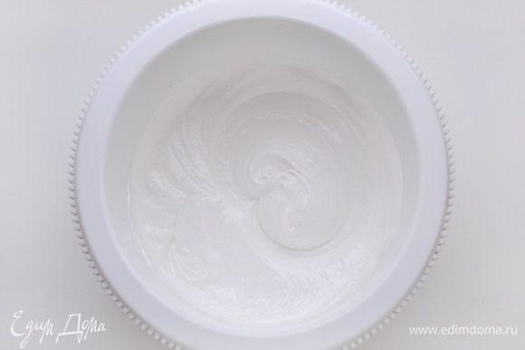 Белки взбить со щепоткой соли и 3 ст. л. сахара до крепких пик.