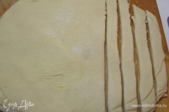 Нарезать тесто на полоски шириной 2 см.