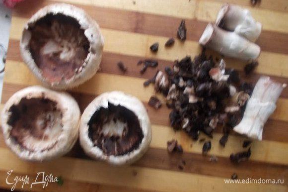 Из грибочков убрать ножку и ложкой вынуть серединку, мелко порезать.
