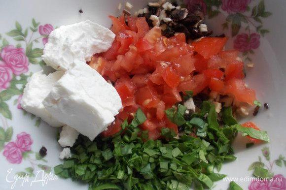 Порезать половинку помидора, шпинат и добавить творог, посолить по вкусу.