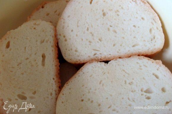Хлеб залить айраном, дать пропитаться, потом отжать.