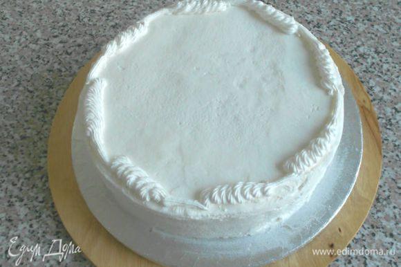 Я покажу лишь некоторые этапы моей работы, т.к. вариантов и техник великое множество. Поверхность торта должна быть чуть подсохшей. Я считаю, что торт, украшенный айсингом, должен быть съеден в день изготовления, иначе эта красота засыхает очень крепко :) Сначала нужно сделать разметку, затем по ней выложить звёздчатой насадкой спиральки по периметру