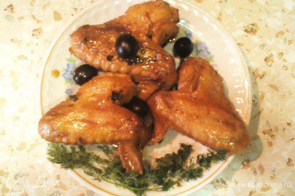 Крылышки готовы! Подавать с любым гарниром, полив соусом.