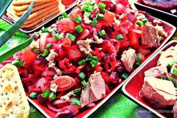 Выкладываем перемешанный винегрет на блюдо, посыпаем зелёным луком.