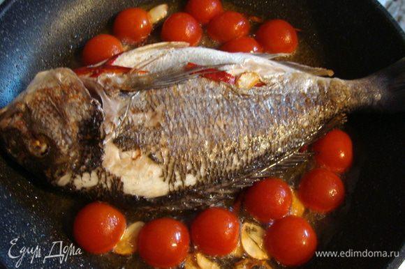 Перевернуть рыбу. Выложить половинки черри.