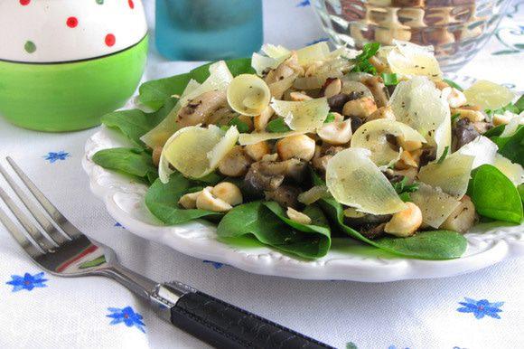 Посыпьте салат орехами и сырной стружкой и сразу же подавайте. Приятного аппетита!