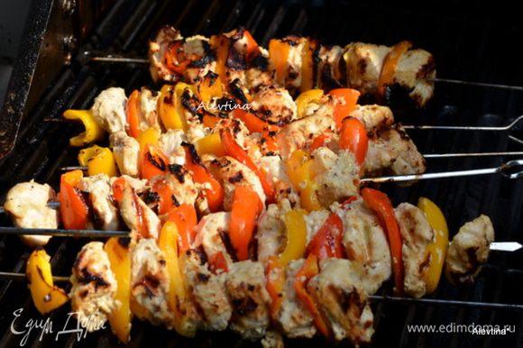 Гриль-прутья смазать маслом или сбрызнуть спреем для гриля. Сладкий перец очистить и нарезать кусочками. Нанизывать, чередуя куриный кусок и сладкий перец. Готовим на прогретом гриле 8-10 мин.
