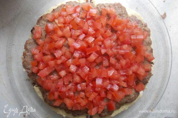 Поверх сыра укладываем мясной корж и помидоры.