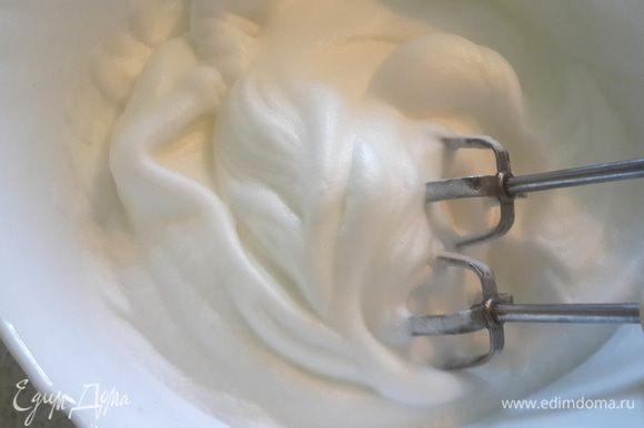 Белки взбить до устойчивой пены, постепенно добавить желтки с ванилином.