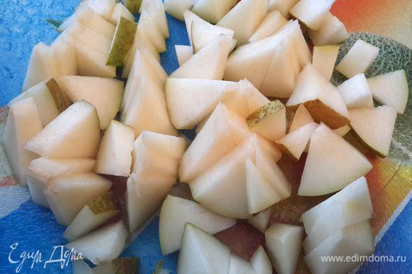 Порезать грушу на кусочки.