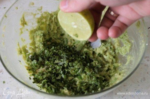 Далее делаем соус гуакамоле. Мякоть авокадо давим в пюре, добавляем туда мелко нарезанную кинзу и чили перец, сок половины лайма. Давим из 3-х зубчиков чеснока пюре и также добавляем к авокадо. Солим, перчим. Перемешиваем. Гуакамоле готов.