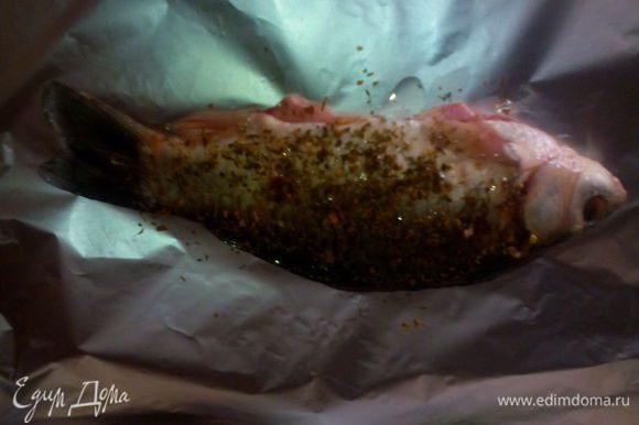 Все приправы смешать с оливковым маслом и хорошо натереть рыбу. Дать настояться 30 минут.