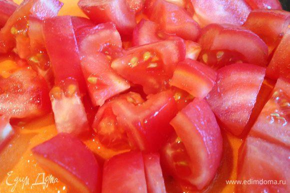 У помидоров сделайте надрез, залейте кипятком на 1-2 минуты, после чего окуните в холодную воду и снимите кожицу. Помидоры нарежьте кубиками.