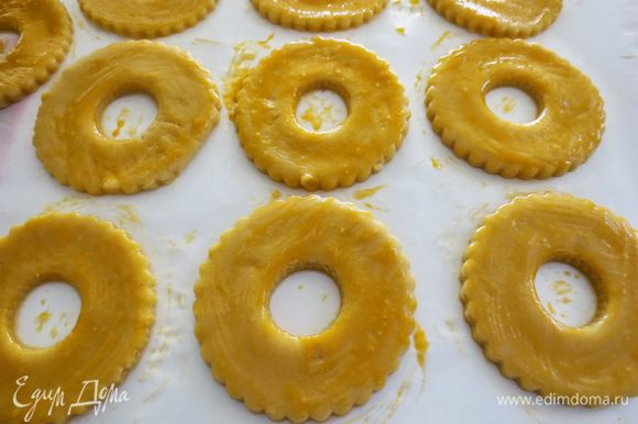 Яичный желток взбить и при помощи кисточки смазать поверхность колец.
