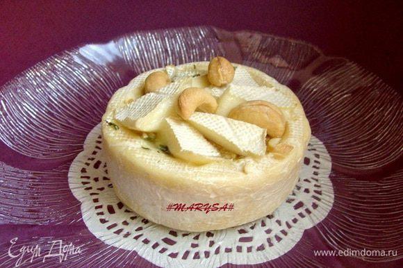 Там же распределить целые орешки. Поставить сыр в духовку на 7-10 минут при 200* Приятного аппетита и хорошего настроения!