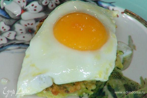 На готовые оладушки разложить карамелизированный лук и жареные яйца.